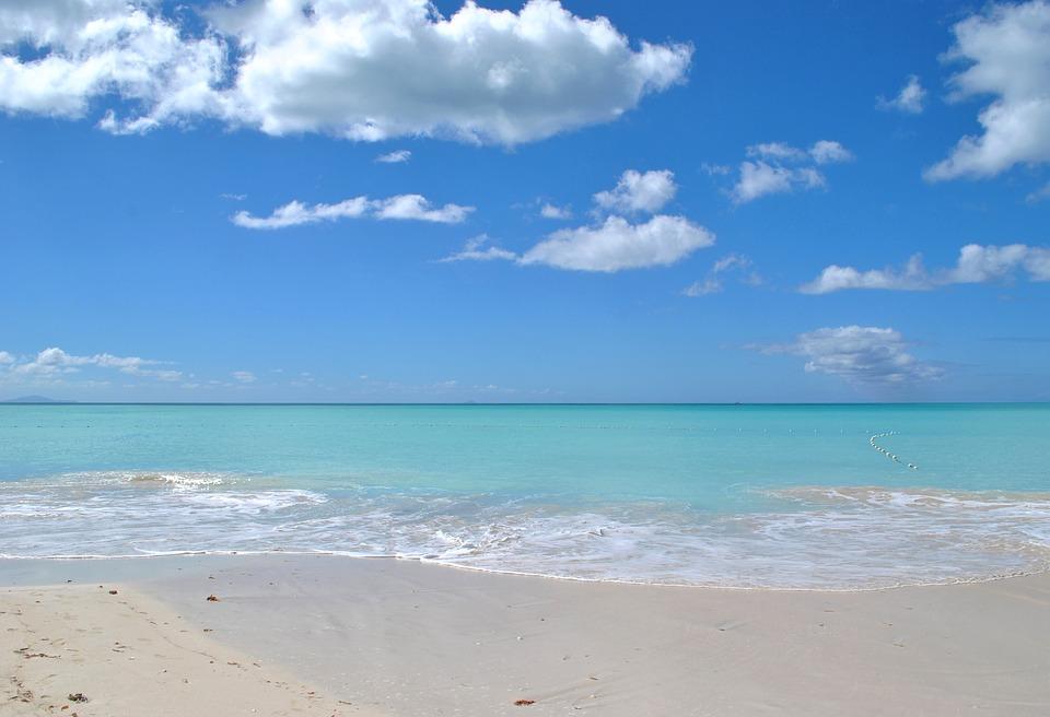 Strand med azurblåt hav