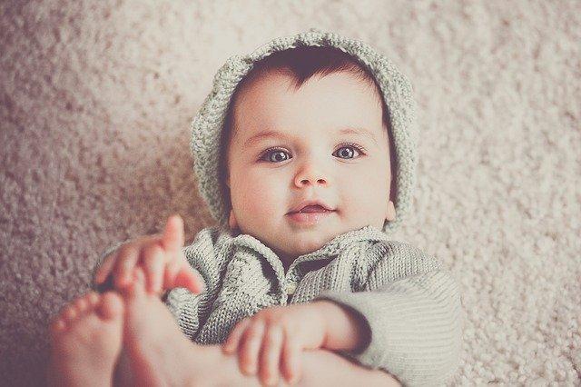 baby ligger ned på en blødt tæppe